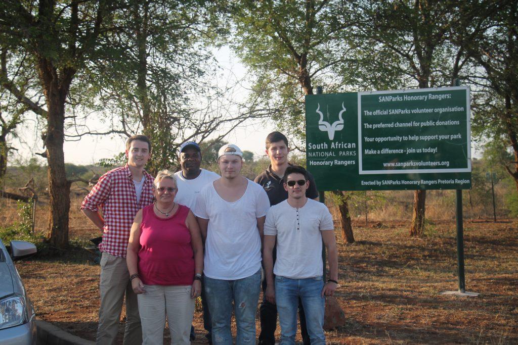 """Für drei Wochen nach Maputo: Marlon (vorne Mitte) machte eine Ausbildung zum Fachinformatiker und reiste im Rahmen des Projekts """"MoçamBIT"""" nach Mosambik. Foto: Privat"""