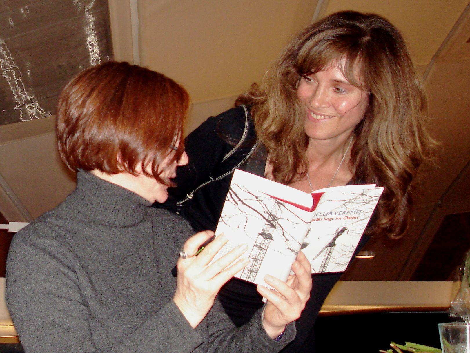 Nellja Veremej signiert ihren Roman