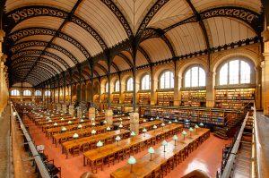 Vorläufer des modernen Bibliotheksbaus: Der Lesesaal der Pariser Bibliothèque Sainte-Geneviève (Bild: Marie-Lan Nguyen, Wikimedia Commons, Lizenz: CC-BY-2.0-FR)