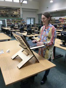 Stehpult im Lesesaal der Universitätsbibliothek (Bildquelle: Friederike Kühn)