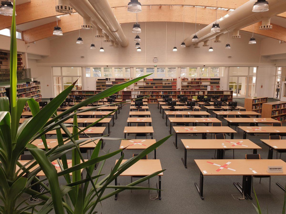 Arbeitsplätze in der Universitätsbibliothek nun ganztägig buchbar