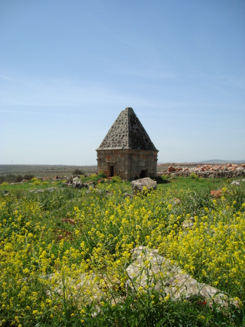 Grabbau mit Pyramidendach bei Serjillah
