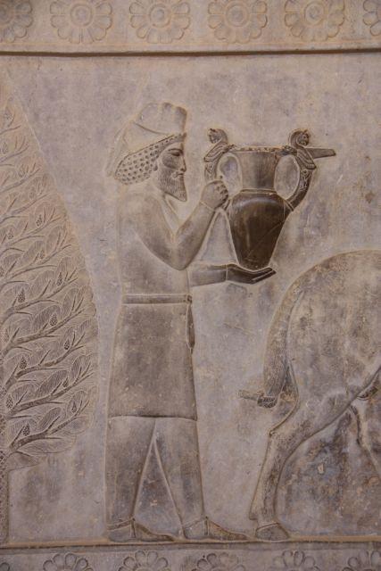 Ein Armenier bringt eine Kanne als Geschenk