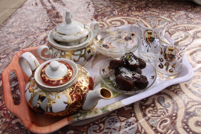 Safrangewürzter Tee und Datteln