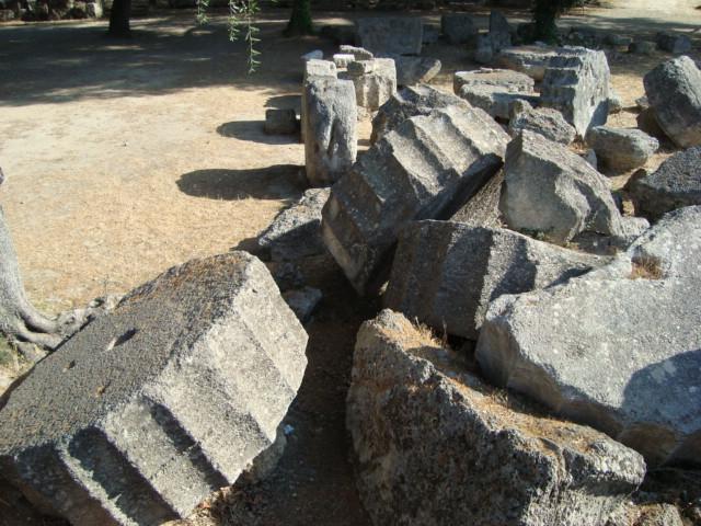 Säulentrommeln am Zeus-Tempel