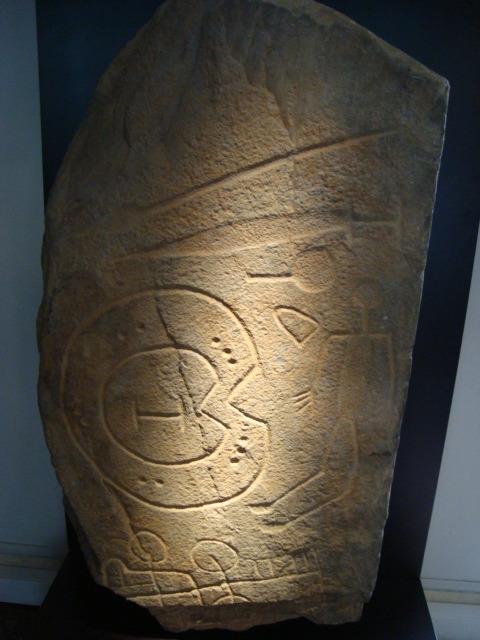 """Spätbronzezeitliche Steinstele mit """"Kriegerdarstellung"""""""