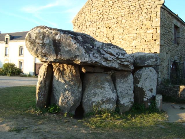 halber Dolmen (überbaut)