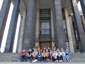 Vor dem Haupteingang der Lenin-Bibliothek, erbaut 1928-41 (Architekten: V. Shchuko und V. Gelfreich)
