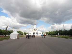 Der Weg zum zentralen Pavillon
