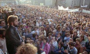 """ADN-ZB/Thieme/6.11.89/Bez. Karl-Marx-Stadt: In Plauen hatten sich am 30.10.89 89 40000 Menschen vor dem Rathaus versammelt. Die auch aus anderen Kreisen und Bezirken angereisten Teilnehmer dieser Kundgebung drängten auf schnelle Lösungen für herangereifte Probleme. Neben einer Veränderung des Wahlsystems, der Presse- und Reisefreiheit wurde auch die Zulassung der Vereinigung """"Neues Forum"""" gefordert."""