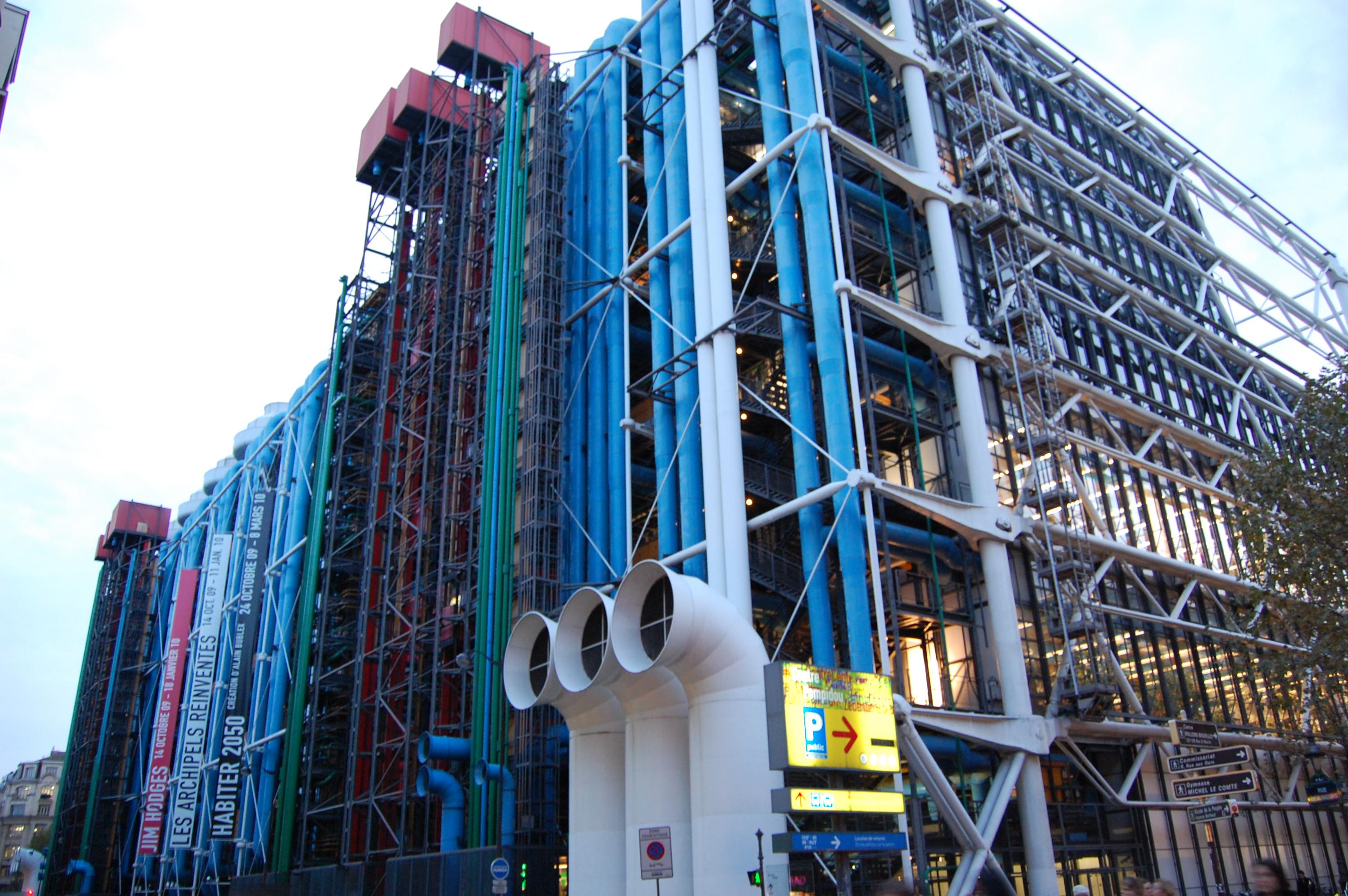 El centre dels estudis catalans... No, no, és broma, això es el Centre Pompidou que és molt a prop.